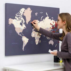 Carte du monde avec punaises violet