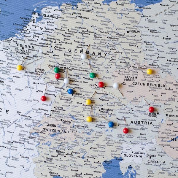 La carte de lEurope avec épingles Bleu (Détaillé)