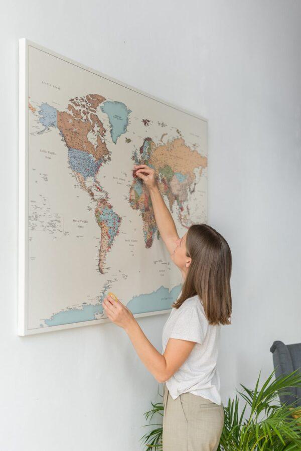 Carte du monde à épingles – Colorée (Détaillé)